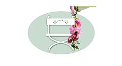 """Logo von """"Unser Sommerhaus"""" nostalgischer Regie-Stuhl neben roter Bauernrose"""